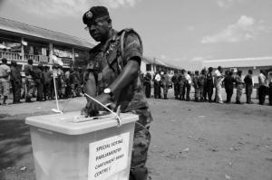 Un militar vota en las pasadas presidenciales de 2012 en Ghana / EFE