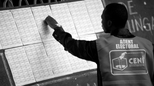 Un agente electoral revisa el registro electoral en Congo (2011) / AFP