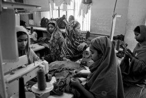 """Las mujeres y las niñas son las que más sufren la explotación laboral en las """"maquilas"""" asiáticas / Ropa Limpia"""