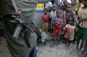 niños con soldado