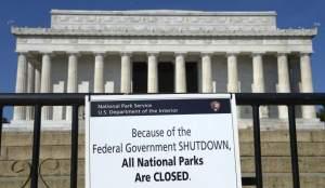 Vista de un cartel y una calla que prohíben el acceso al Memorial Lincoln, en Washington. (EFE / Shawn Thew)