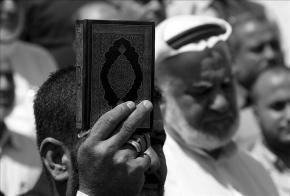 Un hombre sostiene una copia del Corán / EFE