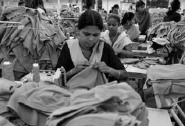 Niñas trabajando en una fábrica textil en Tirupur (Tamil Nadu, India) / Foto: Atul Loke/Panos