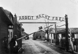 """""""El trabajo os hará libres"""", lema a la entrada de un campo de concentración // Blog Patria Judía"""