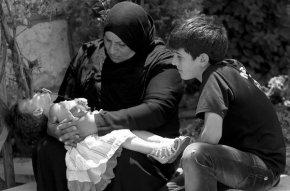 Una refugiada siria descansa con sus hijos en la frontera libanesa de Al Masnaa / Joseph Eid, AFP