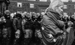 Mujer llora con bandera durante manifestación. Afp