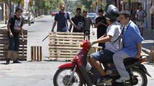 Vecinos cordobeses defendiendo su calle con palos y armas de los saqueadores