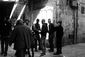 Palestinos enseñan identificación para cruzar a Jerusalén / Foto de Labour2Palestine, modificada por Esperanza Escribano