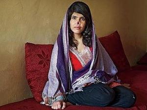 Foto de una mujer afgana mutilada por su marido que fue publicada por la revista Time