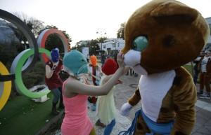 Las Pussy Riot interactúan con la mascota olímpica / AP