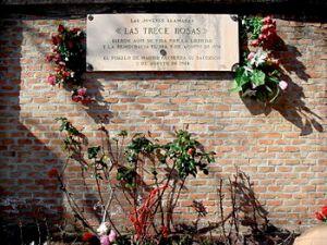 Placa conmemorativa en Madrid de las 13 rosas. / Wikipedia