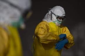 Un sanitario colocándose el traje para prevenir el ébola / GTRES