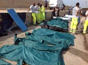 Casi 400 inmigrantes murieron hace un año en Lampedusa cuando intentaban alcanzar la costa / Nino Randazzo - EFE