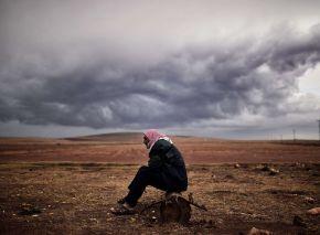 Un refugiado kurdo espera noticias de Kobane en la ciudad turca de Mursitpinar / Flickr: ARIS MESSINIS / AFP
