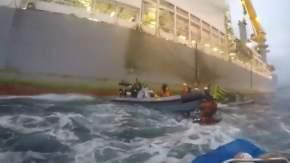 Momento en que una lancha de la Armada embiste a una de Greenpeace / GREENPEACE