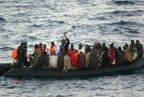 Un grupo de inmigrantes viajan en patera en aguas de Melilla / EFE - ARCHIVO