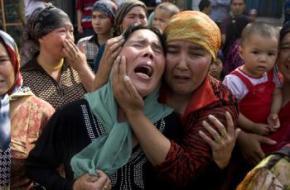 Una mujer llora la ejecución de un uigur acusado de terrorismo. Fuente: Uyghur Human Rights Poject.