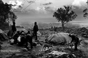 Campamento de inmigrantes en el Monte Gurugú, con Melilla al fondo / Javier Bauluz - Periodismo Humano