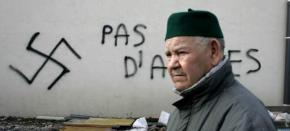 Un ciudadano francés pasa por delante de una pintada islamófoba en una mezquita en Sant-Etienne, en 2010/ GTRES