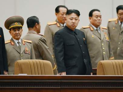 El dictador norcoreano, Kim Jong Un, junto a sus asesores. GTRES