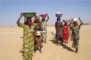 Mujeres en Mao, donde el agua es administrada por una torre de agua. El acceso al agua potable es a menudo un problema en Chad.