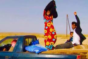 Mujeres sirias despojándose del burka tras cruzar la frontera con Kurdistán / Fuente: @jackshahine