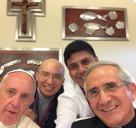 SELFIE PAPAL. Así fue el almuerzo del papa Francisco con sus hermanos jesuitas en el colegio Javier. La foto fue publicada en el Facebook de la Unidad Educativa Borja - Pastoral
