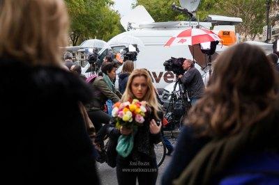 """""""En el acceso a la sala de conciertos Bataclan, una chica se acerca para dejar un ramo de flores en recuerdo por los 80 muertos, se detiene frente al objetivo sin saber qué hacer"""" / Xosé Bouzas"""