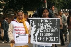 Dos mujeres protestan contra la violación en grupo en Nueva Delhi / FLICKR