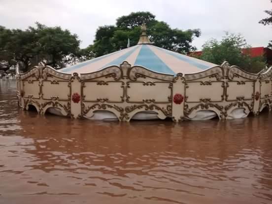 Así quedó el tiovivo de Concordia, en Argentina. En esta zona son las peores inundaciones en 50 años. Fuente: foto viralizada en Twitter.