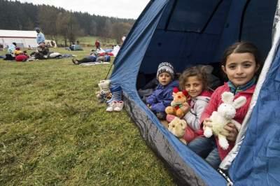 Niños sirios refugiados en la frontera entre Alemania y Austria / EFE