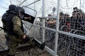 Dos militares vigilan una valla cortante en la frontera entre Grecia y Macedonia / Nake Batev - EFE