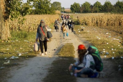 Refugiados caminando hacia la frontera serbia con Croacia en Sid / Zoltan Balogh (EFE)