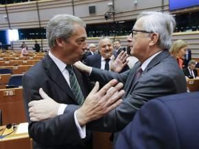 Juncker y Farage se saludan en el hemiciclo / Parlamento Europeo