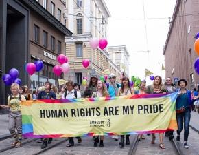 Pancarta de Amnistía Internacional en el Día del Orgullo LGBTI en 2013 en Helsinki / Amnesty Finland