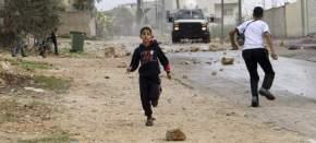 Palestinos huyen de un coche militar israelí en Nablus / Alaa Badarneh (EFE)