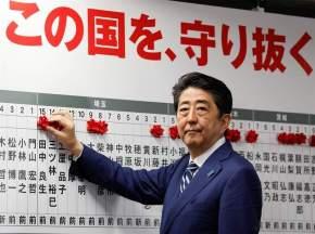 El primer ministro japonés, Shinzo Abe, recibió un nuevo espaldarazo en las urnas consiguiendo el 67% de los escaños / FOTO: KIMIMASA MAYAMA - EFE